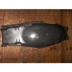 Partie interne de garde boue arrière Honda 125 CM (JC05)